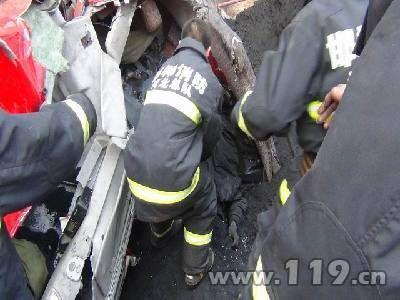 半挂货车撞上护栏侧翻桥下 邯郸消防救2人