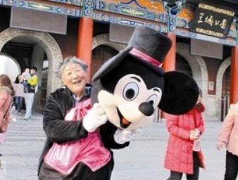 75岁老太扮米老鼠挣钱给40岁儿子娶媳妇