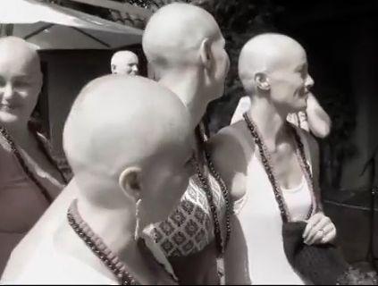 女子化疗头发掉光 闺蜜集体剃光头支持