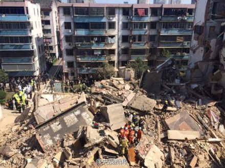 奉化5层居民楼粉碎性倒塌 现场搜救实拍