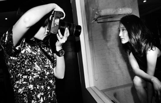 李宇春為周迅拍黑白照黑裙濕身酷勁十足