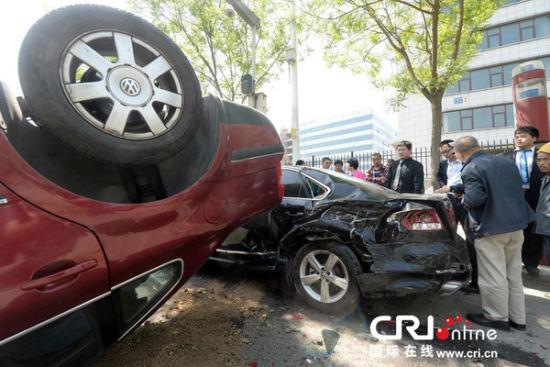 女子连撞8车后翻车 脑子一片空白油门当刹车