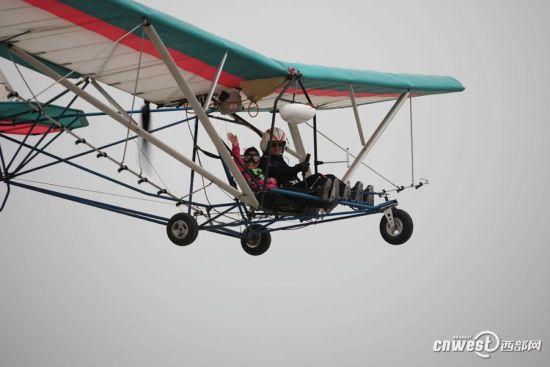 陕西农民花34万买美国飞机,学会后开飞机喷农药。