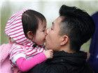李小鹏与女儿嘴对嘴喂食王中磊遭猴调戏