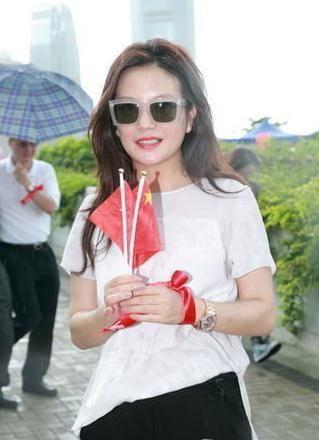 影视圈多位演员竞相入籍香港,图为赵薇。