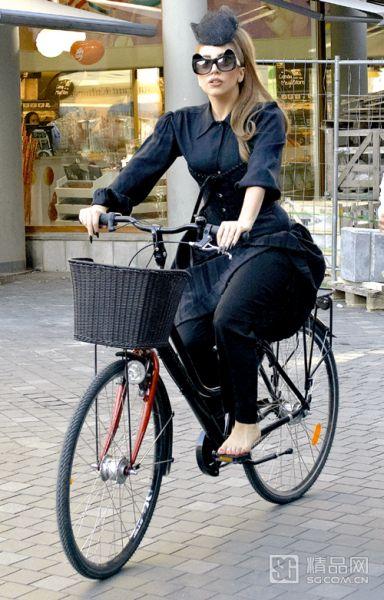 时髦又浪漫的自行车骑行怎么能少了Lady Gaga-ROMANTIC RIDING 图片
