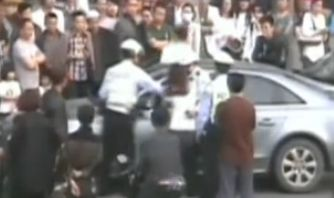 女司机抗拒交通执法 男友背后将交警锁喉