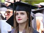 高材生艾玛大学毕业穿学士服气质美艳