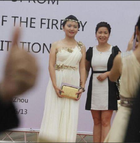 郑州高中生办毕业舞被疑炫富报名费每人12奶茶店开门口高中图片