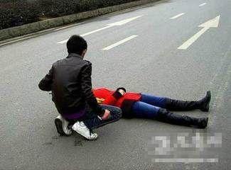 女子为证爱情躺路中央男友劝说被撞死