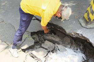 ■燃气公司工作人员对塌陷处进行了检测,并没有发现泄漏。
