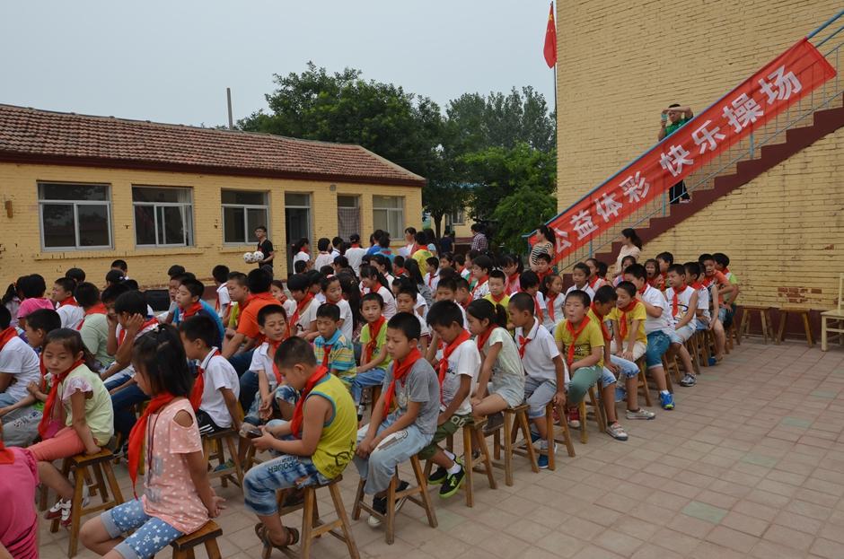 孩子们列队坐整齐,等待仪式的开始