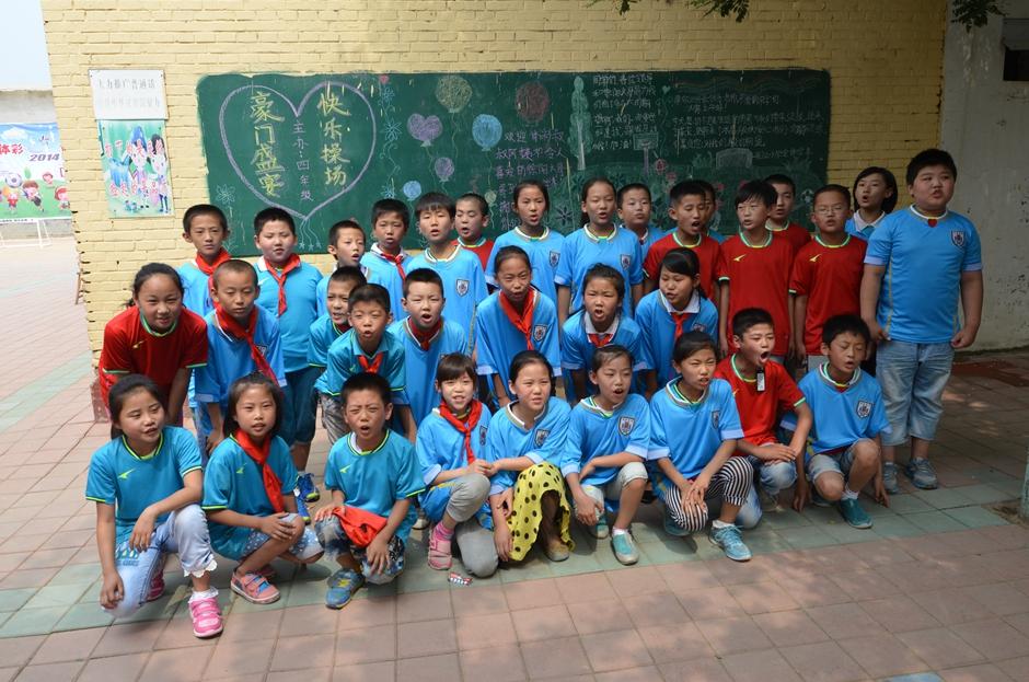 孩子们穿上崭新的足球服,开心的心情溢于言表
