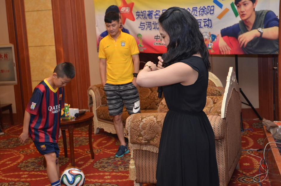 小观众被邀请上台与徐阳现场切磋球技