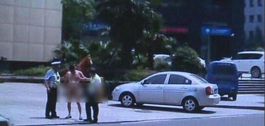 男子开豪车裸奔 引得路人惊呼躲避