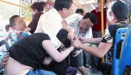 公交车上两男子发生争执 一人外耳聒被咬掉