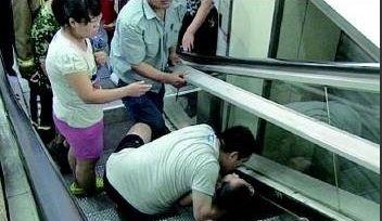 贪玩男童坠落电梯缝隙 扶梯安全存隐患