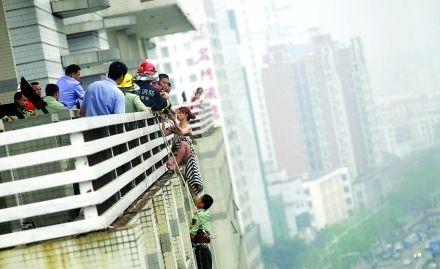 12楼女子跳楼轻生 楼下邻居及时抓住