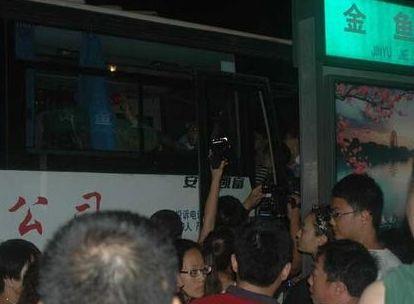 导游被打伤 百名同行阻拦打人游客要求道歉