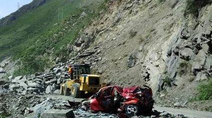 四川茂县国道发生山体滑坡 致9辆车被砸