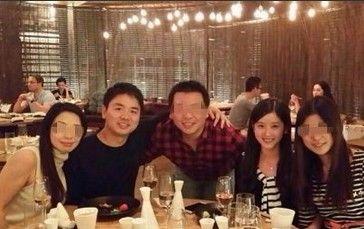刘强东与奶茶妹妹牵手同行 背情侣包秀甜蜜