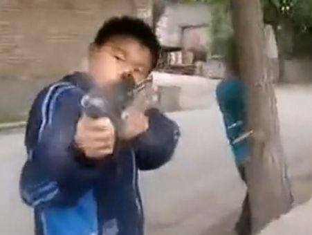 保定小学生街头上演枪战大片 行动迅猛逼真