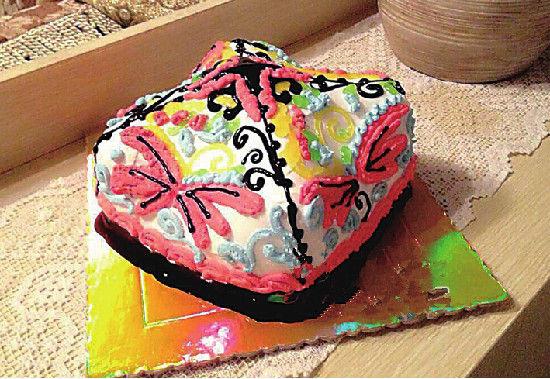 努尔曼古丽制作的巴旦木花帽蛋糕