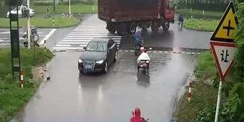 女子街头看热闹 不幸遭货车碾压