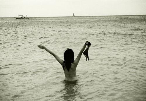 陈意涵失恋 闺蜜陪同海边裸泳