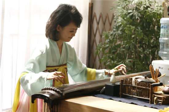 汉服美女现场学习古琴图片