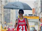 伞下的时尚潮人雨天时尚造型