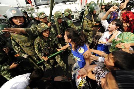 新疆民警与暴徒民房内枪战画面曝光