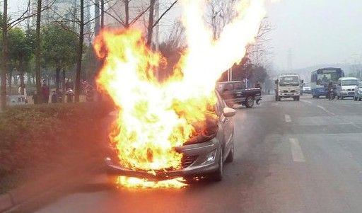 四川高速隧道内一轿车自燃 致上百人被困