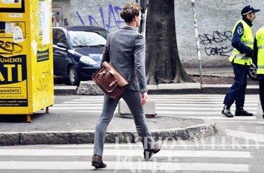 棕色斜挎包搭配休闲灰色西装