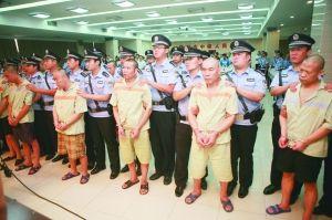 刘会民(右一)等20名被告人在审判席上。  李宏 摄