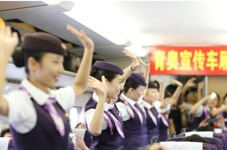 沪宁高铁欢乐多 美女乘务员齐跳热舞