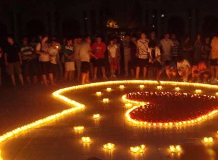 小伙屋内摆蜡烛示爱 浪漫不成房子被点燃