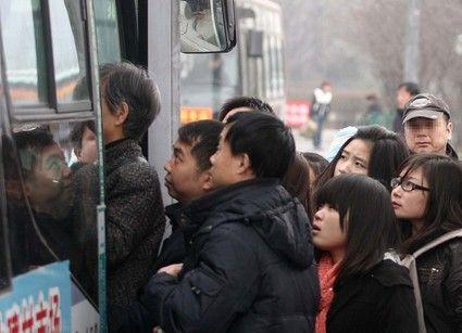 女子公交抓贼受伤无人帮 司机反放跑小偷