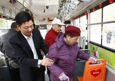 十岁男童公交车拒绝让座 遭老人强行拖拽