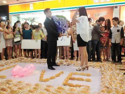 吃货创意求婚新招 送上千热狗成功打动女孩
