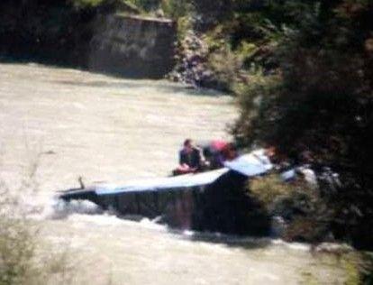 西藏一大巴翻入河道 水流湍急救援难度大