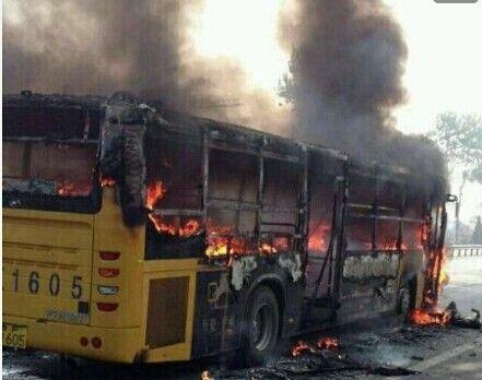 烟台公交车遭故意纵火 车烧毁只剩骨架
