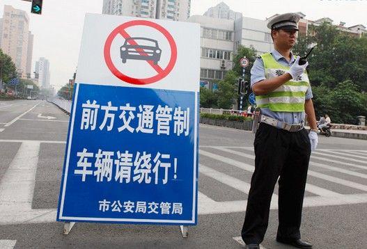 南京交警英语过专八 英文指路获老外称赞