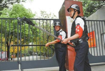 校园保安配备钢叉