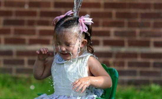 3岁萝莉冰桶挑战