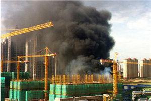 秦皇岛市星光大道工地起火 升起百米高烟柱