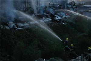 工棚傍晚起火 整个工棚坍塌成废墟