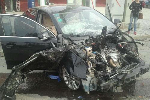 张家口发生惨烈车祸 挂车撞轿车翻倒已致5人亡
