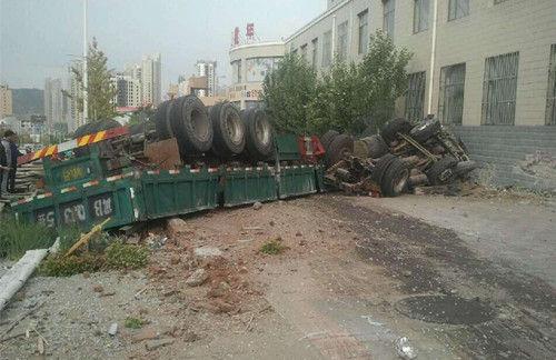 张家口一大货车刹车失灵冲向公交站台 致14人伤亡