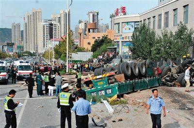 货车失控抹平公交站台致8死6伤 伤者包括一名孕妇